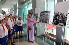 有关古巴领袖菲德尔·卡斯特罗访问越南解放区的图片展在广治省开展