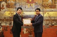 """日本驻越南副大使荣获 """"致力于首都建设事业""""纪念章"""