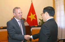 越南政府副总理兼外交部长范平明会见英国驻越大使