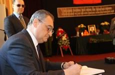 越南驻各国大使馆举行陈大光主席吊唁仪式  国际友人前来送别