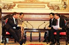 胡志明市领导会见英国首相贸易特使