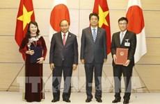 越南政府总理阮春福与日本首相安倍出席双边合作文件签字仪式