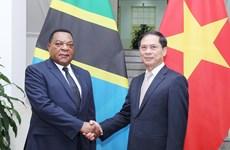坦桑尼亚外交与东非合作部长马希加访问越南  与裴青山进行会谈