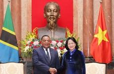国家代理主席邓氏玉盛会见坦桑尼亚外交与东非合作部部长马希加