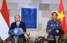 越南政府总理阮春福和印度尼西亚总统佐科·维多多共同主持新闻发布会