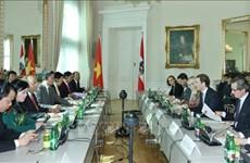 越南政府总理阮春福与奥地利总理举行会谈