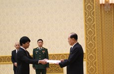 朝鲜最高人民会议常任委员会委员长金永南接受越南驻朝鲜大使黎伯荣递交国书