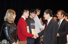 勤奋好学已成为旅捷越南人代代相传的优良传统