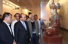 政府总理阮春福探访越南美术博物馆