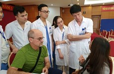 美国整形专家亲赴越南中央耳鼻喉科医院为患者进行整形手术