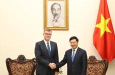 越南政府副总理兼外长范平明会见亚洲开发银行副行长格罗夫