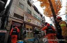 韩国一公司爆炸事故:越南驻韩国大使馆代表看望慰问受伤的两名越南工人
