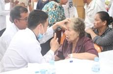 越南医师队伍为柬埔寨贫困患者做免费手术