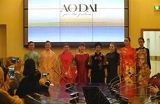 俄罗斯东方学专业大学生了解越南传统服装奥黛
