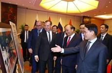 俄罗斯总理梅德韦杰夫参观越俄关系图片展