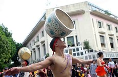 杂技艺术游行为河内市民献上精彩的杂技表演