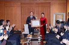 阮氏金银向韩国越南学研究学会主席授予友谊勋章
