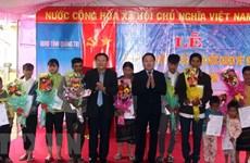 广治省向119名老挝人颁发《越南社会主义共和国入籍证书》