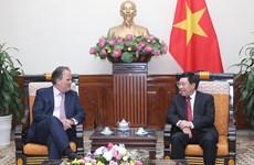 越南愿与英国加强合作关系