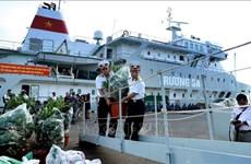 三艘满载年货的轮船驶往长沙 送去浓浓的新年祝福