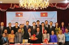 越南国家事实政治出版社向老挝赠送书籍