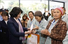 越南国家副主席邓氏玉盛向贫困癌症患者赠送年礼