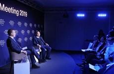 越南政府总理阮春福与世界经济论坛主席进行对话