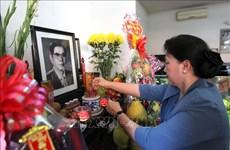越南国会主席阮氏金银上香缅怀越南原党和国家领导人