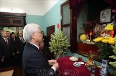 越共中央总书记、国家主席阮富仲向胡志明主席上香