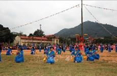 四面八方游客和当地居民纷纷前来参加宣光省隆东节
