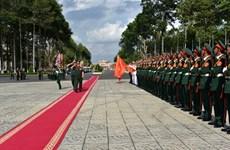 老挝人民军高级政治干部代表团探访越南第九军区