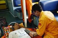 紧急将海上遇险外国船员送往医院接受治疗