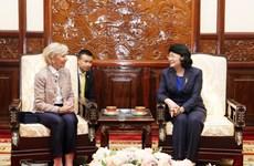 国家副主席邓氏玉盛会见微笑行动组织领导
