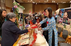 越南积极参加亚太妇女友好会的义卖活动