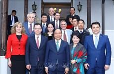 政府总理阮春福访问罗马尼亚普拉霍瓦省  接见越南驻罗大使馆工作人员
