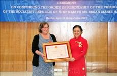 为越南橙毒剂受害者提供积极援助的一名美国女人荣获越南友谊勋章