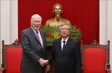 越共中央书记处常务书记陈国旺会见美国参议院代表团