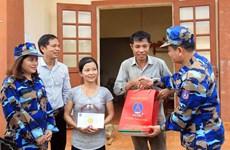 越南海警与渔民同行