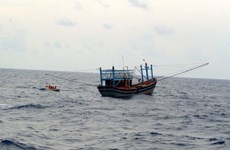 越南两艘遇险渔船和船上40名渔民安全靠岸