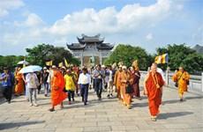 出席2019年联合国卫塞节的代表参观宁平省沛顶寺