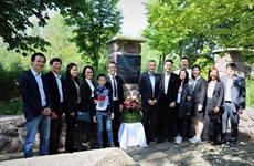 旅居德国越南人代表团前往德国胡伯伯纪念区敬献鲜花