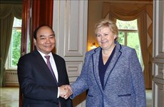 政府总理阮春福与挪威总理索尔贝格举行会谈
