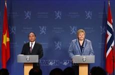 政府总理阮春福与挪威总理索尔贝格共同会见记者