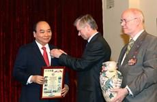 阮春福总理与俄越友好协会和俄罗斯援越老军事专家协会代表举行会面