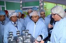 政府总理阮春福参观瑞典阿斯特捷利康制药公司
