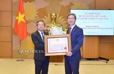越南向韩越议员友好小组主席金贺勇授予友谊勋章