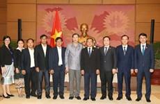 越南国会副主席杜伯巳会见老挝国会法律研究院代表团