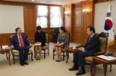 越南公安部长苏林与韩国总理李洛渊举行会晤
