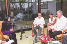 越南国家副主席邓氏玉盛会见古巴领导人