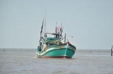 越南广义省李山岛县渔民成功救助在海上遇险的32名外国渔民
